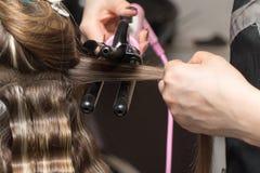 Enveloppez les cheveux dans un salon de beauté image libre de droits
