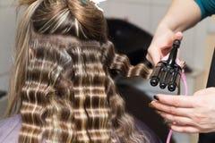Enveloppez les cheveux dans un salon de beauté images libres de droits