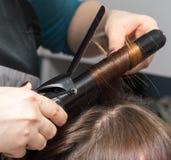 Enveloppez les cheveux dans un salon de beauté photos stock