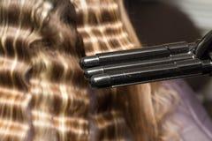 Enveloppez les cheveux dans un salon de beauté photo libre de droits