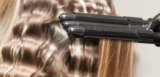 Enveloppez les cheveux dans un salon de beauté image stock
