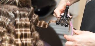 Enveloppez les cheveux dans un salon de beauté photographie stock libre de droits