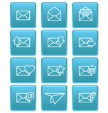 Enveloppictogrammen voor e-mail op blauwe vierkanten Stock Fotografie
