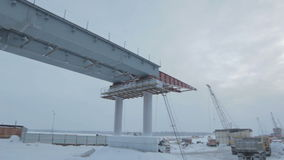 Envergure de pont en béton armé en Russie du nord clips vidéos