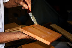 Envernizando a madeira fotos de stock