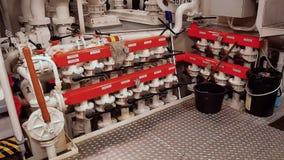 Envia válvulas, motor principal - projetando o interior Válvulas no ` s da embarcação Espaço da sala de motor video estoque