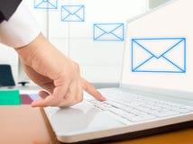 Enviando um email fotos de stock royalty free