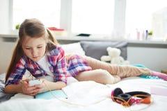 Enviciado al smartphone Imagen de archivo libre de regalías