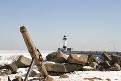 Envie a âncora na costa rochosa ao longo do cais com o farol em Duluth, Foto de Stock Royalty Free