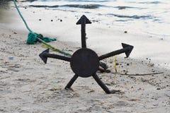 Envie as imagens da âncora, fim acima da imagem da âncora do navio na praia Fotografia de Stock Royalty Free