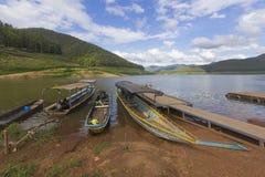 Envie com o barco, Mae Ngad Dam e o reservatório de madeira do pontão em Mae Thailand Imagens de Stock