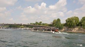 Envie com os turistas a bordo navegados sob a ponte Leopold Sed imagem de stock royalty free