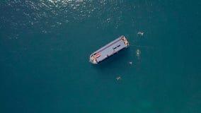 Envie a navigação no mar azul e nos povos que nadam na opinião aérea da água Zangão que voa sobre o barco de navigação no mar e n filme