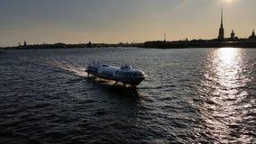 Envie no rio de Neva no sol da noite Imagens de Stock Royalty Free