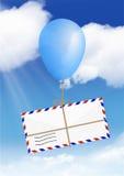 Envie o conceito, mosca do envelope no balão com espaço da cópia Fotografia de Stock