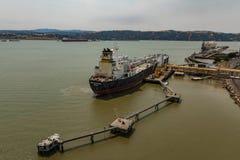 Envie o petróleo e gás da carga no porto no passo de Carquinez de Benicia Califórnia fotografia de stock royalty free