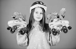 Envie ?s aventuras Lazer e estilo de vida ativos Passatempo adolescente da patinagem de rolo Patinagem indo adolescente alegre Ad imagem de stock