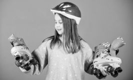 Envie ?s aventuras Patins adolescentes bonitos do capacete e de rolo do desgaste da menina no fundo violeta Lazer e estilo de vid foto de stock royalty free