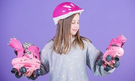 Envie ?s aventuras Patins adolescentes bonitos do capacete e de rolo do desgaste da menina no fundo violeta Lazer e estilo de vid imagens de stock royalty free