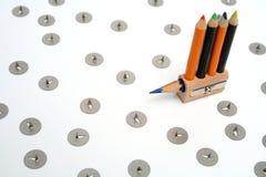 Envie sob a forma de um sharpener incomun com os lápis pequenos da cor Foto de Stock Royalty Free