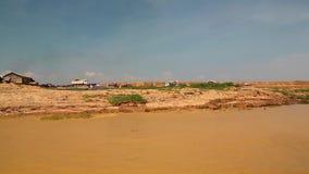 Envie velas ao lago sap de Tonle na província de Siem Reap, Camboja video estoque