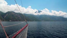 Envie velas ao longo da península de Athos, estado monástico autônomo em Grécia video estoque