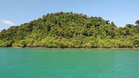 Envie velas ao longo das ilhas bonitas no golfo de Sião, Tailândia filme