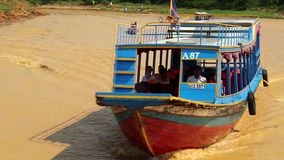 Envie velas no rio ao lago sap de Tonle na província de Siem Reap, Camboja filme
