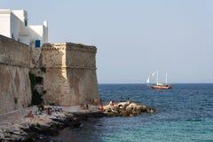 Envie Yasemin Sultan do mahoganytree que navega perto da praia Porta Vecchia em Monopoli, Itália imagens de stock royalty free