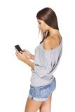 Envio de mensagem de texto adolescente da menina em seu móbil Fotos de Stock