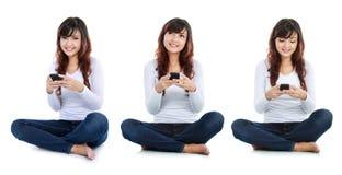 Envio de mensagem de texto da mulher Fotografia de Stock Royalty Free