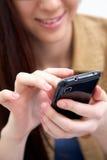 Envio de mensagem de texto da mulher Fotografia de Stock