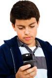 Envio de mensagem de texto do menino Fotografia de Stock