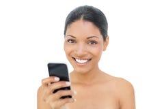 Envio de mensagem de texto modelo de cabelo preto alegre Fotografia de Stock