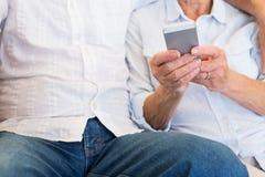 Envio de mensagem de texto superior da mulher no telefone celular Imagem de Stock Royalty Free