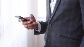 Envio de mensagem de texto do homem de negócios no telefone celular vídeos de arquivo