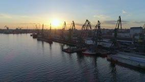 Envio, vista aérea do porto industrial da carga com os guindastes para carregar e descarregamento da embarcação do comércio inter video estoque