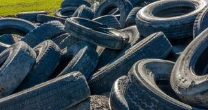 Envirment all'aperto di contaminazione delle vecchie ruote Fotografie Stock