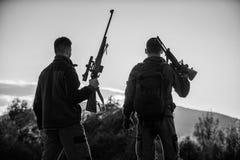 Environnement de nature de fusils de chasseurs C'?tait jour splendide Saison de chasse de finition Appr?ciez le coucher du soleil image stock
