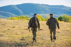 Environnement de nature de fusils de chasseurs L'ami de chasseur appr?cient des loisirs Chasse avec l'associ? pour fournir une pl photos libres de droits