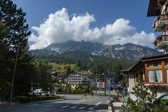 Environnement sur le mouvement circulaire dans la route du ` Ampezzo, Dolomiti, montagne, Alpes, Vénétie de Cortina d images stock