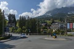 Environnement sur le mouvement circulaire dans la route du ` Ampezzo, Dolomiti, montagne, Alpes, Vénétie de Cortina d photographie stock libre de droits