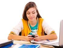 Envío de mensajes de texto del estudiante en el teléfono celular Imagenes de archivo
