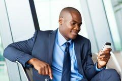 Envío por correo electrónico africano del hombre de negocios Fotos de archivo libres de regalías