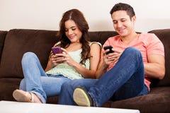 Envoi des textes à leurs téléphones Photos libres de droits