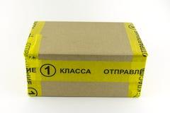 Envoi du courrier russe Administration de la première classe Une boîte enveloppée dans la bande jaune image libre de droits