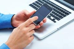 Envoi du message de téléphone photographie stock libre de droits