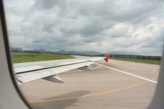 Envolez-vous la vue et la manière de taxi avant décollage des jours nuageux Images libres de droits