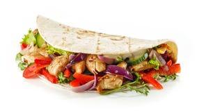 Envoltório da tortilha com carne e vegetais do frango frito fotografia de stock royalty free