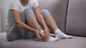 Envoltório de aplicação fêmea do tornozelo da dois-correia, edema de sofrimento do pé após o traumatismo do esporte video estoque